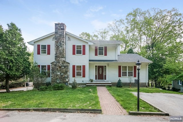 158 Hilltop Ct, Pompton Lakes, NJ 07442